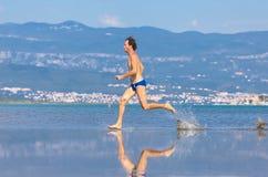 Άτομο που οργανώνεται πέρα από την παραλία Στοκ Εικόνες