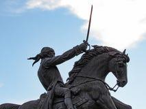 Άτομο που οδηγά ένα άλογο και που κρατά ένα ξίφος στοκ εικόνα με δικαίωμα ελεύθερης χρήσης