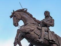Άτομο που οδηγά ένα άλογο και που κρατά ένα ξίφος Στοκ Φωτογραφίες