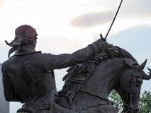 Άτομο που οδηγά ένα άλογο και που κρατά ένα ξίφος Στοκ εικόνες με δικαίωμα ελεύθερης χρήσης