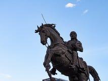 Άτομο που οδηγά ένα άλογο και που κρατά ένα ξίφος Στοκ Εικόνα