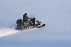 Άτομο που οδηγά ένα όχημα για το χιόνι Στοκ Εικόνες