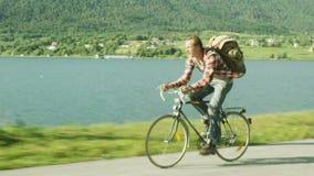 Άτομο που οδηγά γρήγορα ένα ποδήλατο κοντά στον ποταμό Πυροβολισμός κηφήνων φιλμ μικρού μήκους