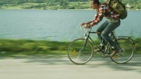 Άτομο που οδηγά γρήγορα ένα ποδήλατο κοντά στον ποταμό Πυροβολισμός κηφήνων απόθεμα βίντεο