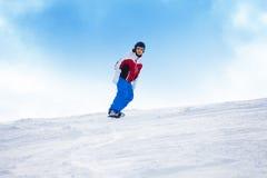 Άτομο που οδηγά στο σνόουμπορντ κάτω από το λόφο βουνών Στοκ φωτογραφίες με δικαίωμα ελεύθερης χρήσης