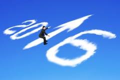 Άτομο που οδηγά το βέλος του 2016 επάνω στα σύννεφα μορφής στο μπλε ουρανό Στοκ Εικόνα