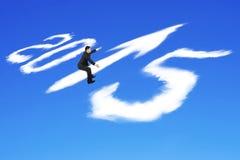 Άτομο που οδηγά το βέλος του 2015 επάνω στα σύννεφα μορφής στο μπλε ουρανό Στοκ εικόνες με δικαίωμα ελεύθερης χρήσης
