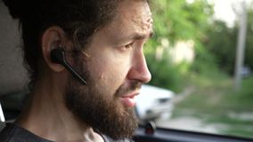 Άτομο που οδηγεί ένα αυτοκίνητο στην επαρχία και που χρησιμοποιεί την ελεύθερη συσκευή χεριών για να κάνει μια κλήση απόθεμα βίντεο