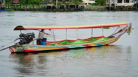 Άτομο που οδηγεί μια βάρκα longtail Στοκ εικόνα με δικαίωμα ελεύθερης χρήσης