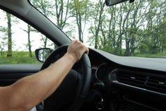 Άτομο που οδηγεί το αυτοκίνητο με την ταχύτητα Στοκ Εικόνες