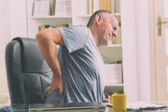 Άτομο που πάσχει από το χαμηλό πόνο στην πλάτη Στοκ εικόνα με δικαίωμα ελεύθερης χρήσης