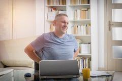 Άτομο που πάσχει από το χαμηλό πόνο στην πλάτη Στοκ φωτογραφία με δικαίωμα ελεύθερης χρήσης