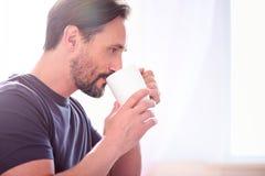 Άτομο που πίνει και που κοιτάζει μακριά Στοκ εικόνες με δικαίωμα ελεύθερης χρήσης