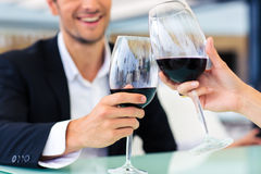 Άτομο που πίνει το κόκκινο κρασί στο εστιατόριο Στοκ Εικόνες