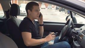 Άτομο που πίνει το πρωτεϊνικό κούνημα και που μιλά στο κινητό τηλέφωνο απόθεμα βίντεο