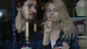 Άτομο που παίζει ένα αστείο στη φίλη του τρώγοντας το παγωτό σε ένα κατάστημα καραμελών γλυκών φιλμ μικρού μήκους