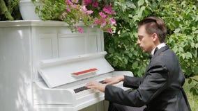 Άτομο που παίζει ένα παλαιό άσπρο πιάνο απόθεμα βίντεο