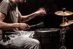 Άτομο που παίζει ένα τύμπανο και τα κύμβαλα djembe σε ένα μαύρο υπόβαθρο Στοκ εικόνες με δικαίωμα ελεύθερης χρήσης