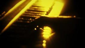 Άτομο που παίζει ένα χρυσό πιάνο μορίων - χέρια κοντά επάνω - υπόβαθρο κινήσεων απόθεμα βίντεο