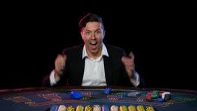 Άτομο που παίζει και που κερδίζει στο σε απευθείας σύνδεση πόκερ κλείστε επάνω απόθεμα βίντεο