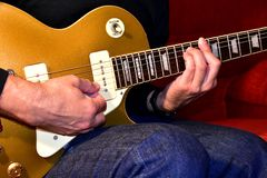Άτομο που παίζει μια ηλεκτρική κιθάρα Κινηματογράφηση σε πρώτο πλάνο, κανένα πρόσωπο στοκ εικόνες