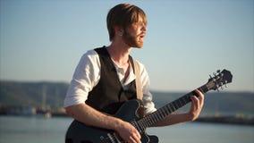 Άτομο που παίζει σόλο την κιθάρα και που απολαμβάνει τη μουσική φιλμ μικρού μήκους