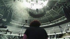 Άτομο που παίζει τα τύμπανα σε ένα κενό Coliseum απόθεμα βίντεο