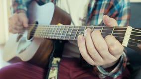 Άτομο που παίζει την ακουστική κιθάρα σε αργή κίνηση απόθεμα βίντεο