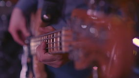 Άτομο που παίζει την ηλεκτρική βαθιά κιθάρα στη σκηνή απόθεμα βίντεο
