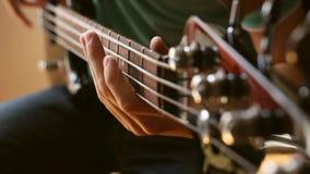 Άτομο που παίζει την ηλεκτρική βαθιά κιθάρα απόθεμα βίντεο