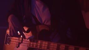 Άτομο που παίζει την ηλεκτρική βαθιά κιθάρα φιλμ μικρού μήκους