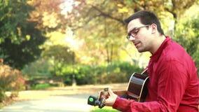 Άτομο που παίζει την κιθάρα και το τραγούδι απόθεμα βίντεο