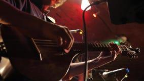 Άτομο που παίζει την κιθάρα, κινηματογράφηση σε πρώτο πλάνο απόθεμα βίντεο