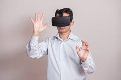 Άτομο που παίζει την προσομοίωση εικονικής πραγματικότητας Στοκ Εικόνες