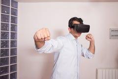 Άτομο που παίζει την προσομοίωση εικονικής πραγματικότητας Στοκ φωτογραφίες με δικαίωμα ελεύθερης χρήσης