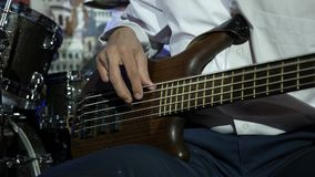 Άτομο που παίζει τη βαθιά συναυλία βράχου κιθάρων closeup απόθεμα βίντεο
