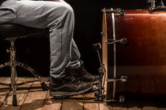 Άτομο που παίζει το βαθύ τύμπανο, ξύλινος πίνακας με ένα μαύρο υπόβαθρο Στοκ Εικόνες