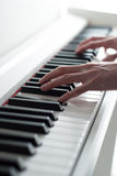 Άτομο που παίζει το πιάνο Κινηματογράφηση σε πρώτο πλάνο κλειδιών πιάνων Παιχνίδι πιάνων Γραπτά κλειδιά ηλεκτρονικό πιάνο Στοκ Φωτογραφίες