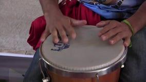 Άτομο που παίζει το τύμπανο απόθεμα βίντεο