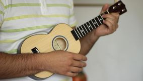 άτομο που παίζει ukulele απόθεμα βίντεο