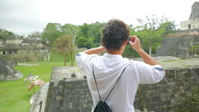 Άτομο που παίρνει έναν πυροβολισμό των των Μάγια ναών απόθεμα βίντεο