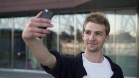 Άτομο που παίρνει ένα selfie στην οδό φιλμ μικρού μήκους