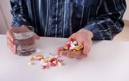 Άτομο που παίρνει τα χάπια Στοκ Εικόνα