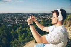 Άτομο που παίρνει την εικόνα στην κορυφή του λόφου Στοκ Εικόνες