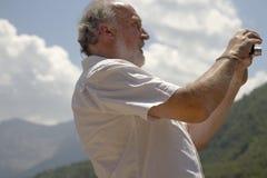 Άτομο που παίρνει την ψηφιακή εικόνα στα βουνά των Πυρηναίων της Ισπανίας Στοκ Εικόνα