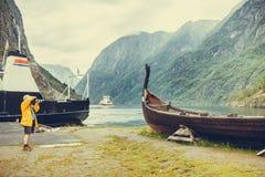 Άτομο που παίρνει τη φωτογραφία από την παλαιά βάρκα Βίκινγκ στη Νορβηγία Στοκ Φωτογραφία