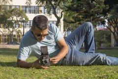 Άτομο που παίρνει τις εικόνες με την παλαιά κάμερα Στοκ φωτογραφία με δικαίωμα ελεύθερης χρήσης