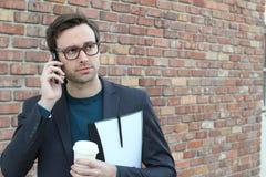 Άτομο που παίρνει τις κακές ειδήσεις στο τηλέφωνο Στοκ φωτογραφία με δικαίωμα ελεύθερης χρήσης