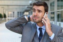 Άτομο που παίρνει τις καταστρεπτικές ειδήσεις σε ένα τηλεφώνημα Στοκ εικόνες με δικαίωμα ελεύθερης χρήσης