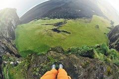 Άτομο που παίρνει τις φωτογραφίες του απότομου βράχου Dyrholaey, Ισλανδία Στοκ Φωτογραφία